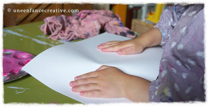 Poser le papier pour réaliser le monotype