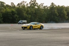 Ferrari 812 Superfast Mortefontaine dynamique jaune
