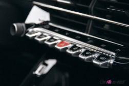 Comparatif Peugeot 208 0169 intérieur boutons