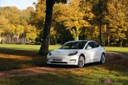 Essai Tesla Model 3 Performance 2019 berline électrique blanc profil avant