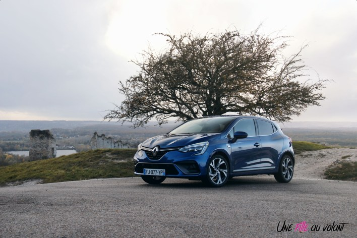 Photo essai Renault Clio 5 2019 statique face avant bleu iron essence