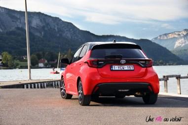 Photo arrire Toyota Yaris hybride rouge fusion 2020