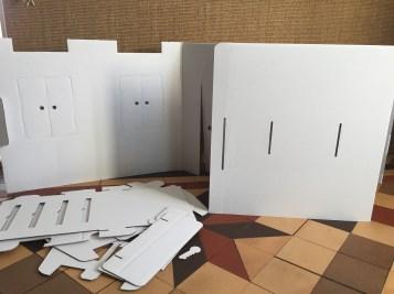 1 ère étape : on vide le carton pour sortir des plaques de ..... carton!