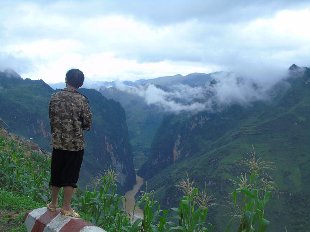 Photograph_cliff_valley_northern_vietnam