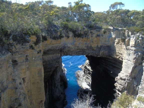 what to see in tasmania - tasman arch - unepoudredescampette