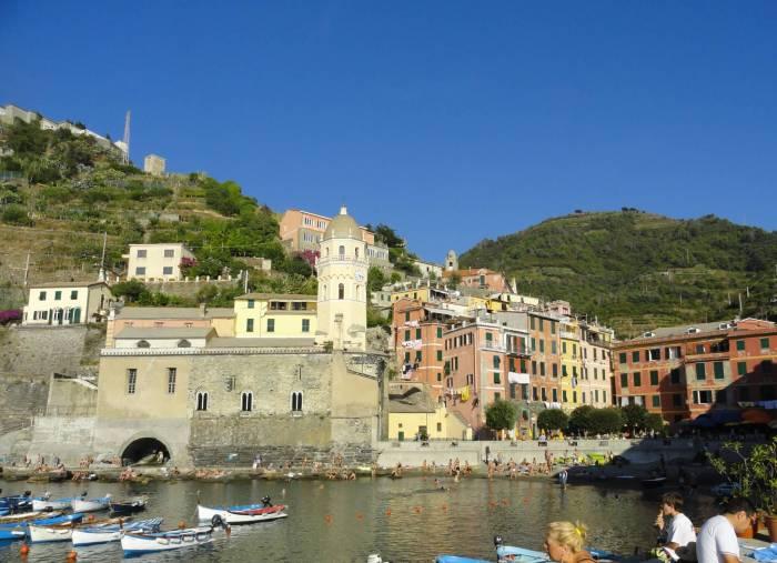 Kleurrijke huisjes en kerk rondom haven Vernazza, Cinque Terre