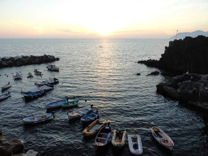 Zonsondergang in de haven van Riomaggiore, Cinque Terre