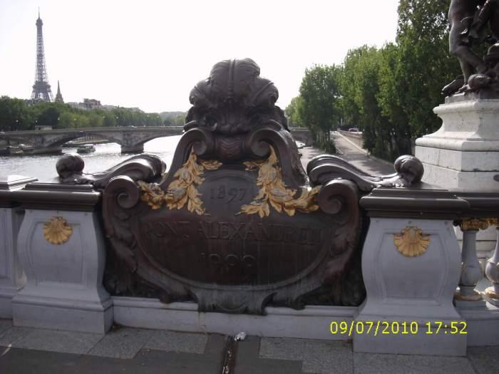 Zicht vanaf brug op Eiffeltoren in Parijs