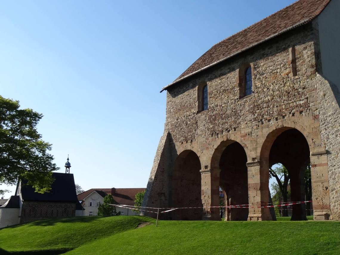 Oude kerk Lorsch met poortgebouw