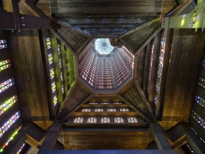 Schitterende interieur van Saint Joseph kathedraal in Le Havre