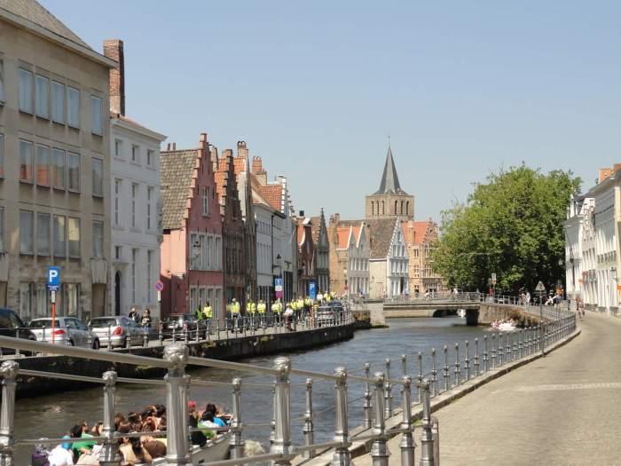 Stadsgezicht Brugge met gracht en middeleeuwse huizen