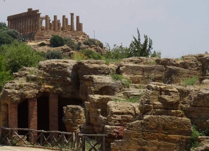 In Agrigento steekt tempel van Hera boven de andere ruïnes uit