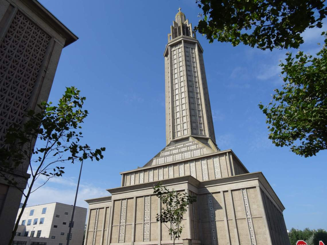 Saint Joseph kathedraal, een rechthoekige betonnen doos met een lange cilinder bovenop