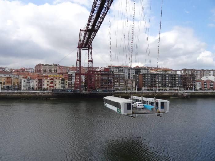 Gondel aan Vizcaya brug brengt passagiers naar de overkant