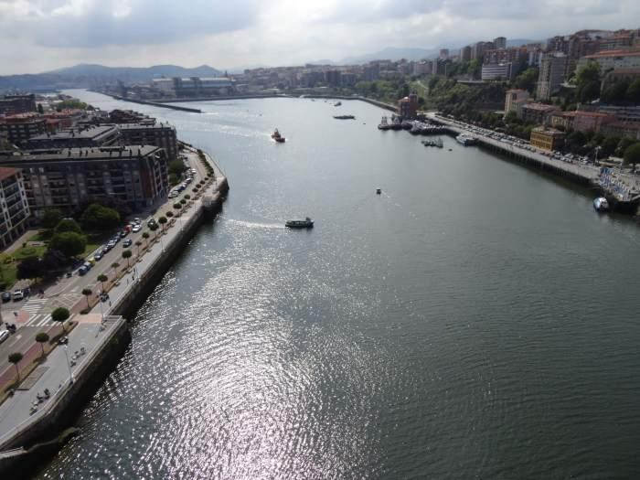 Uitzicht vanaf Vizcaya brug over rivier