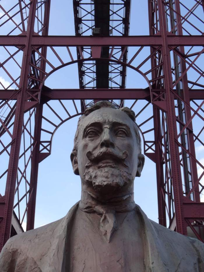 Standbeeld van de ontwerper met Vizcaya brug op de achtergrond