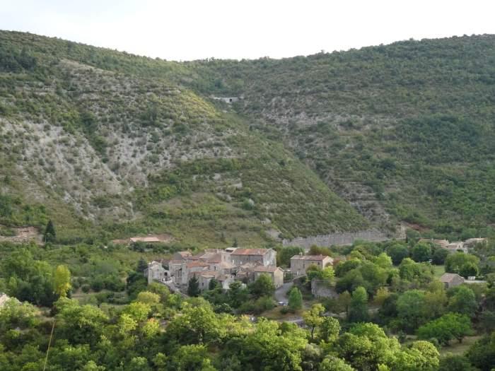 Klein dorpje tussen de groene heuvels van de Causses en Cevennes