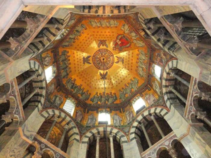 Gouden plafond van de achthoekige hofkapel vol heiligen, engelen en Christus