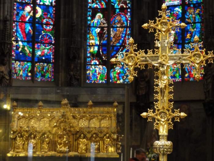 Marienschrijn en gouden kruis in de kathedraal van Aken