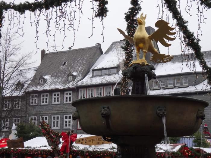 De keizerlijke adelaar op een fontein in winters Goslar