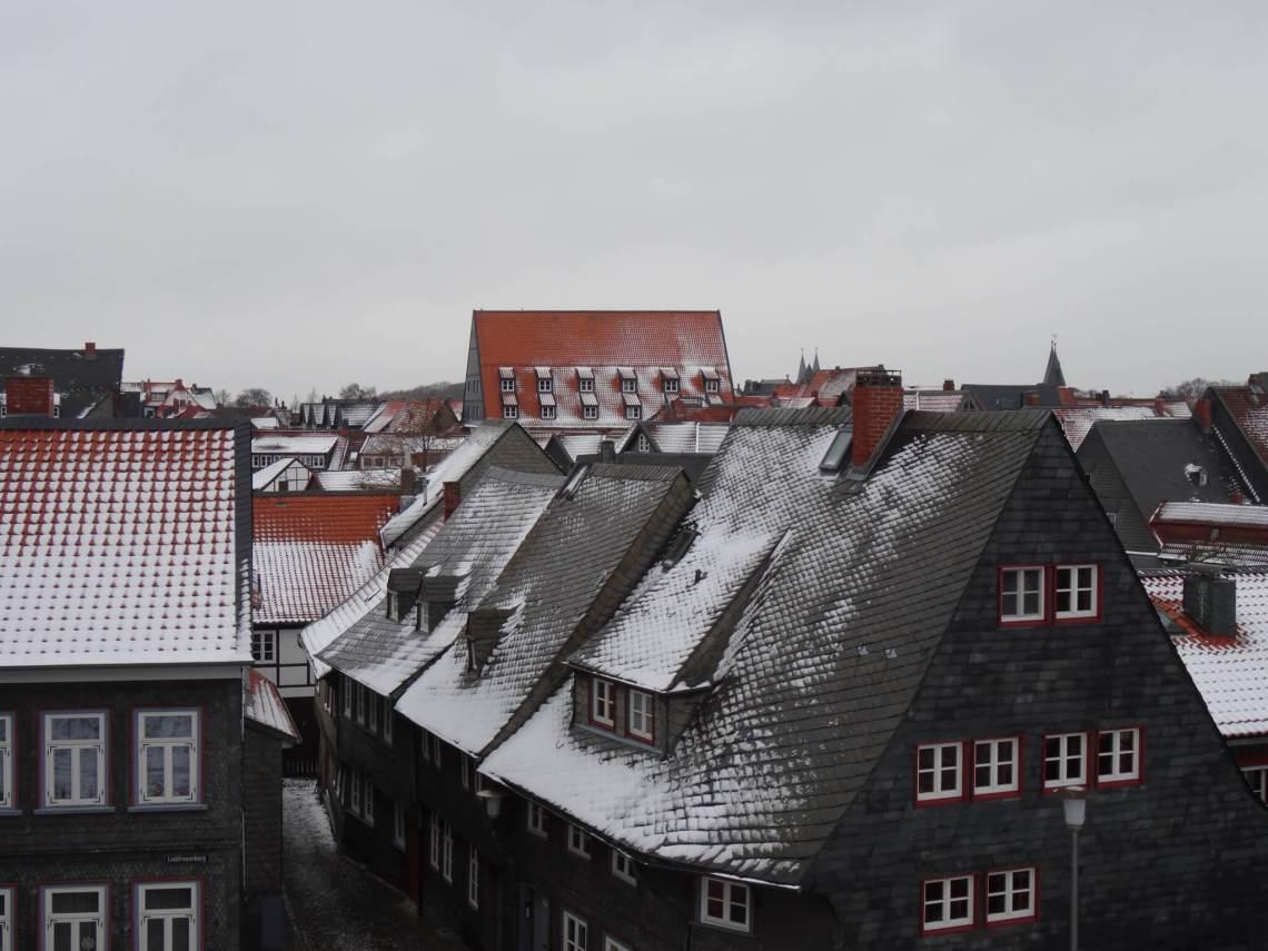 Besneeuwd daklandschap van middeleeuwse huizen Goslar