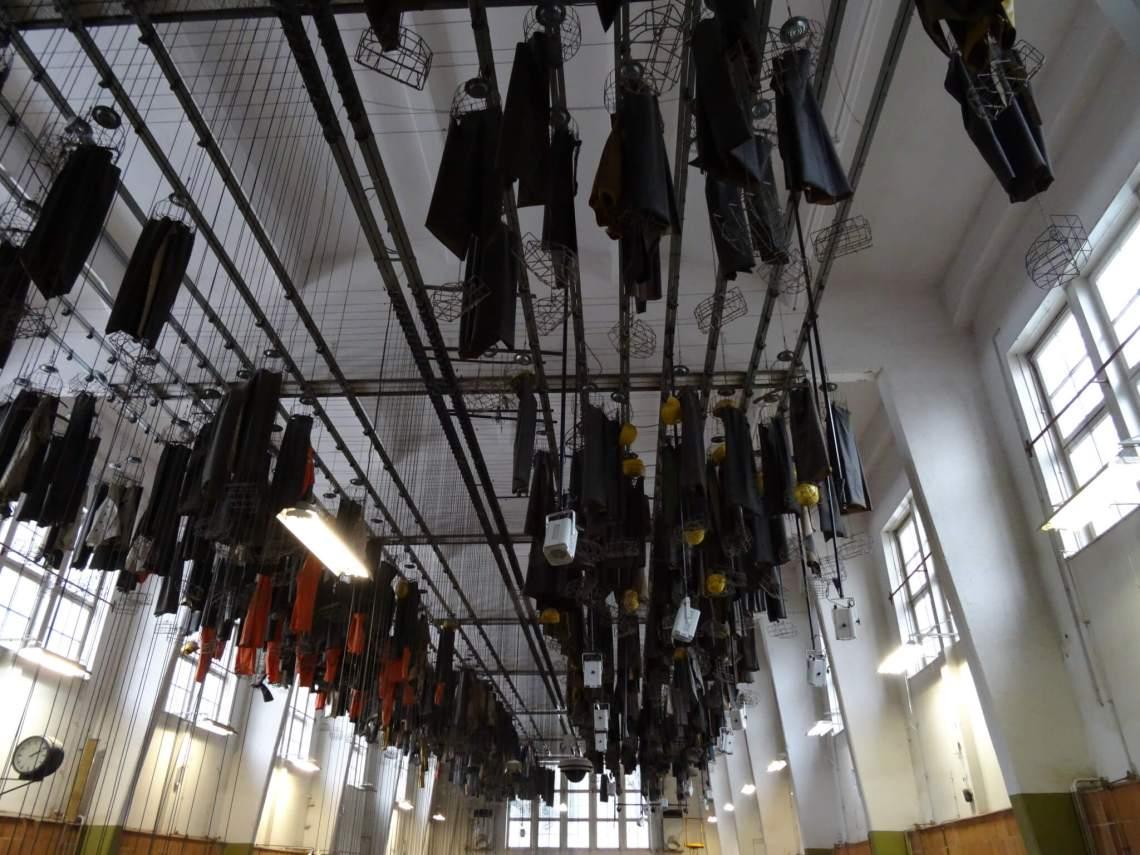 Kleedruimte met mijnwerkerpakken aan het plafond in Rammelsberg Goslar