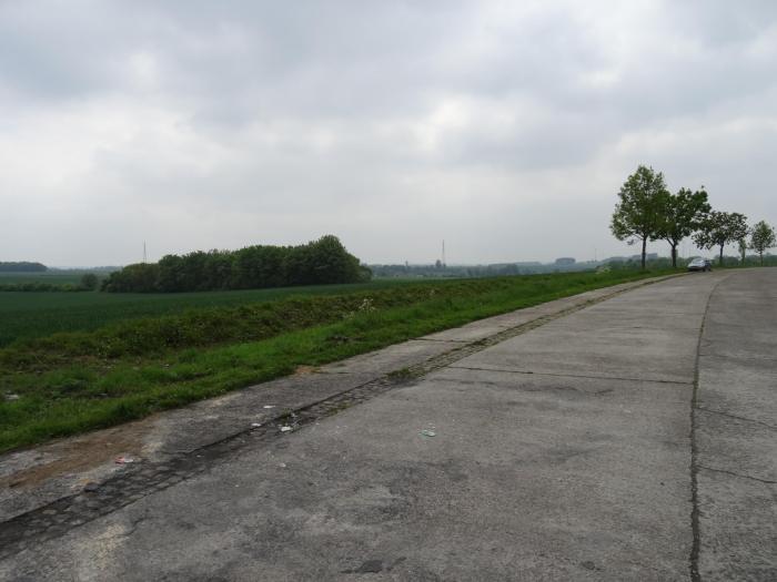Kaal stuk asfalt temidden van glooiend landschap
