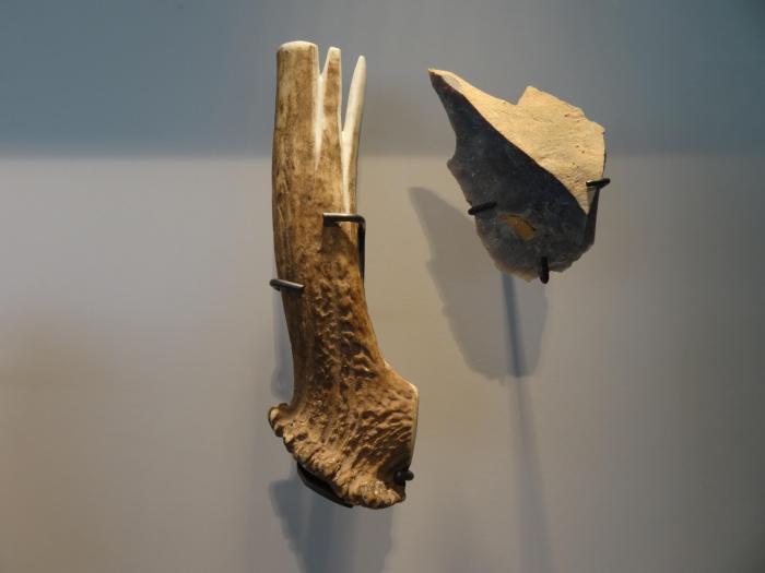 Prehistorisch gereedschap in bezoekerscentrum Spiennes