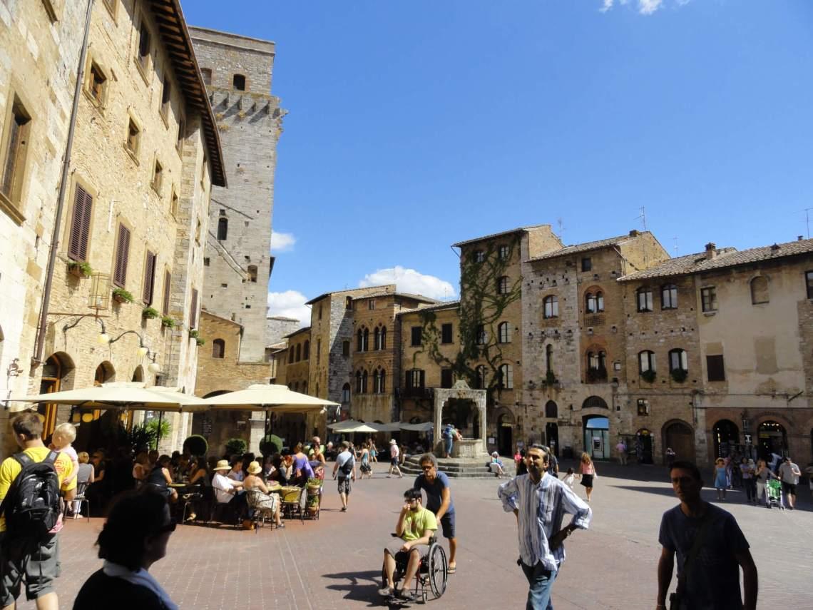 Het middeleeuwse plein in San Gimignano met wensput