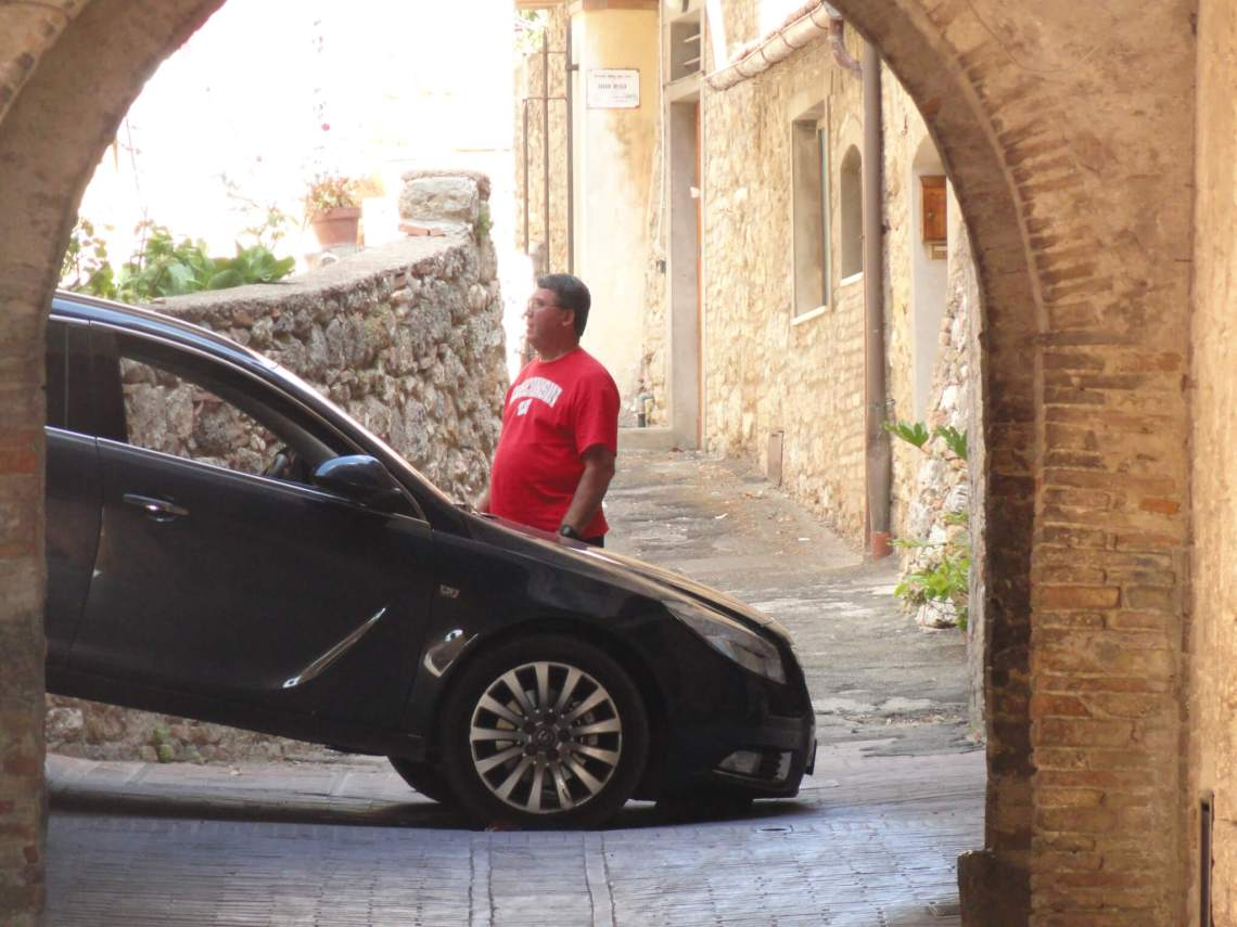 Klemgereden auto in de nauwe straten van San Gimignano