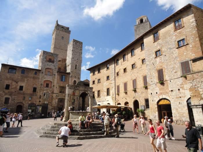 Torenhuizen rondom Piazza della Cisterna in San Gimignano