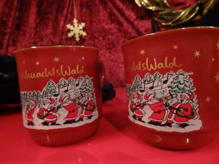 Rode kopjes Gluhwein is kerstsferen
