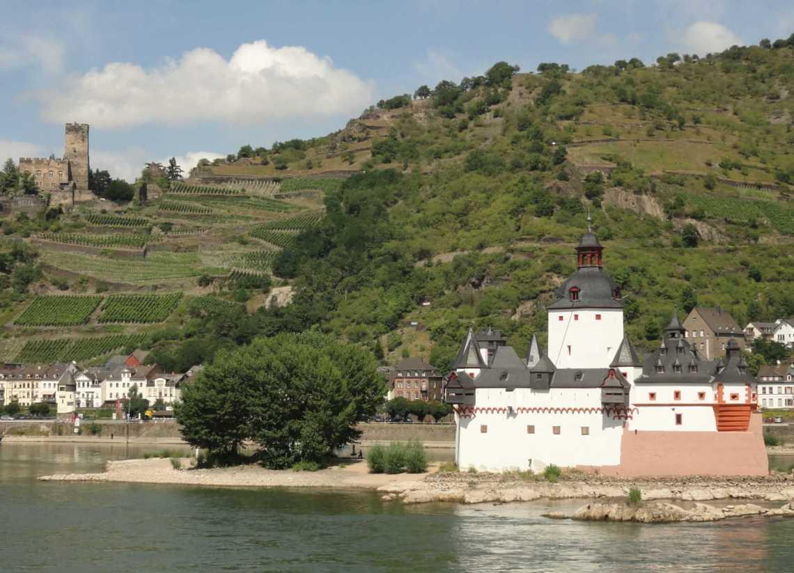 Romantiek in het Duitse Rijndal, de tolburcht Pfalzgrabenstein staat fier op een eiland in de Rijn