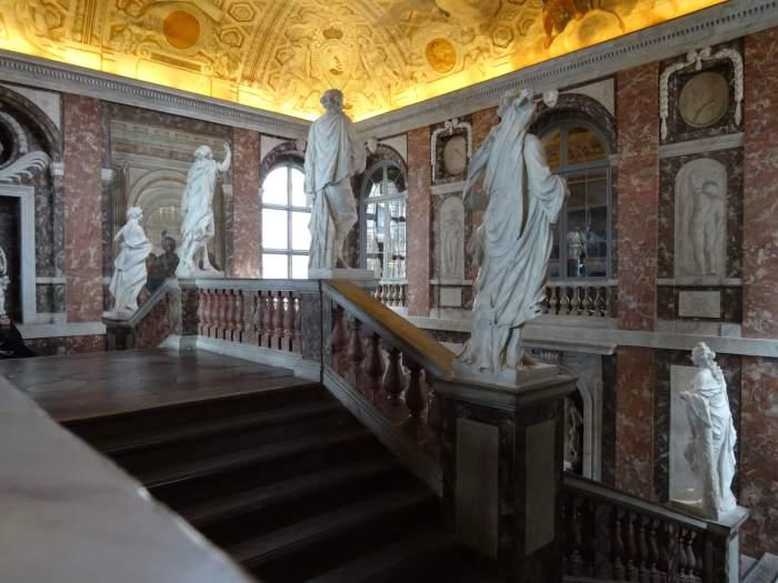 Trappenhuis in paleis Drottningholm met standbeelden en rood-wit marmer