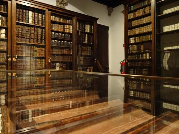 Boekenkasten vol oude blogpost in Plantin Moretus museum
