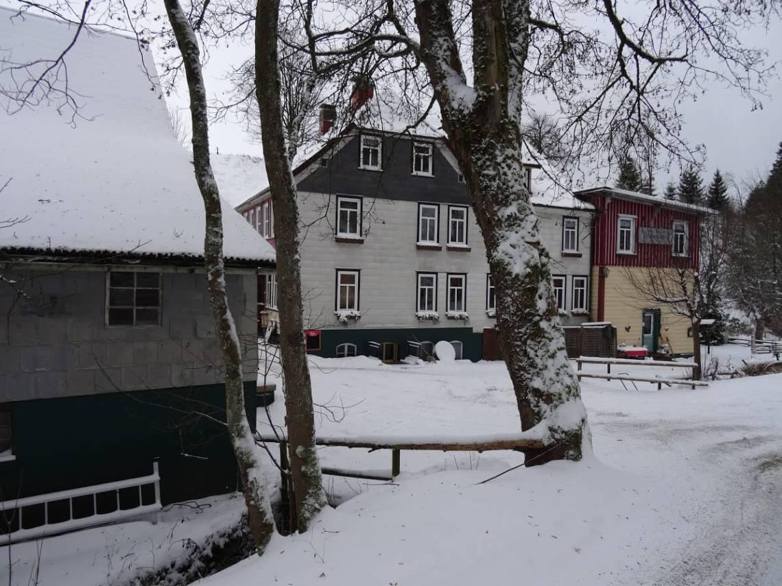 Waldhotel Untermühle in een dik pak sneeuw nabij Goslar