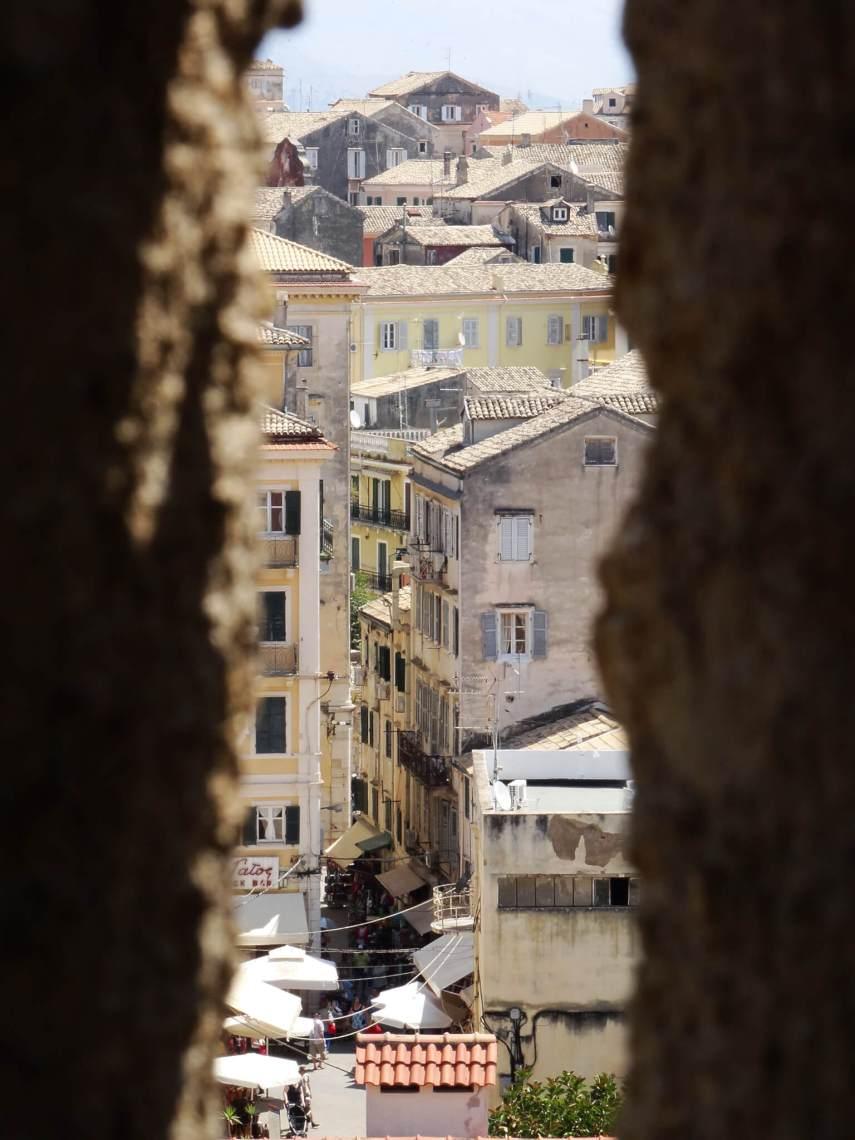 Een blik op de stad tussen twee muren door