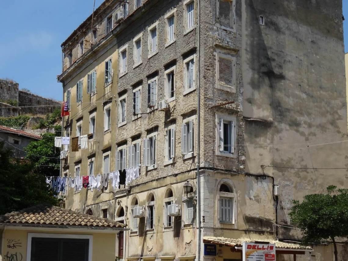 Hoge, oude huizen met verweerde muren