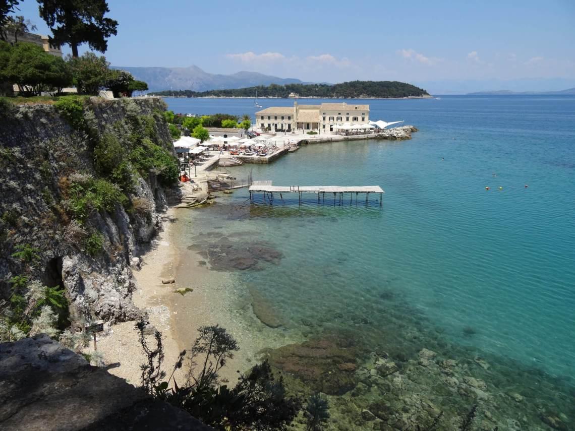 Villa aan zee met aanlegsteiger en bergen op de achtergrond