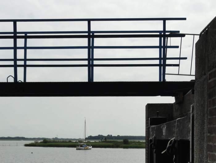 Een blik op het IJsselmeer vanonder de sluizen van het Woudagemaal