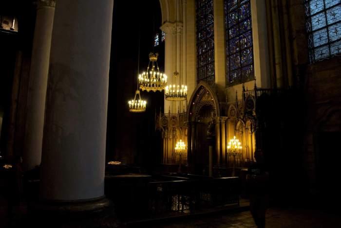 Zwarte Madonna in een nis van de kathedraal van Chartres