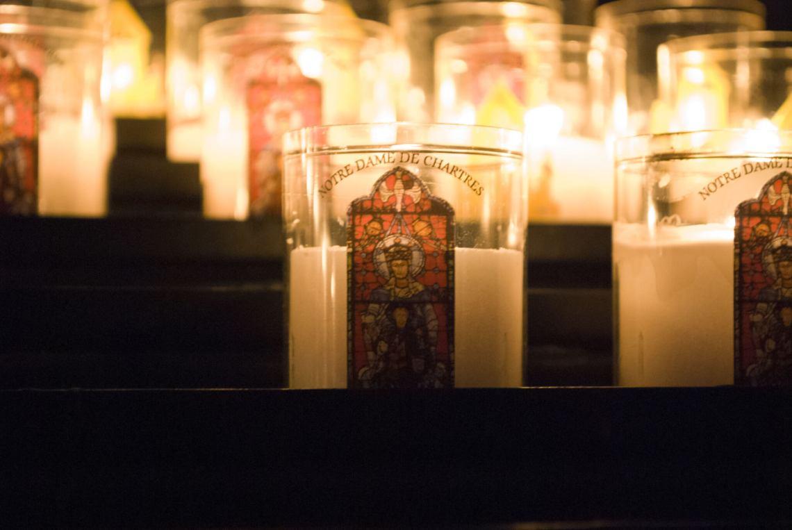 Brandende Maria kaarsen in de kathedraal van Chartres