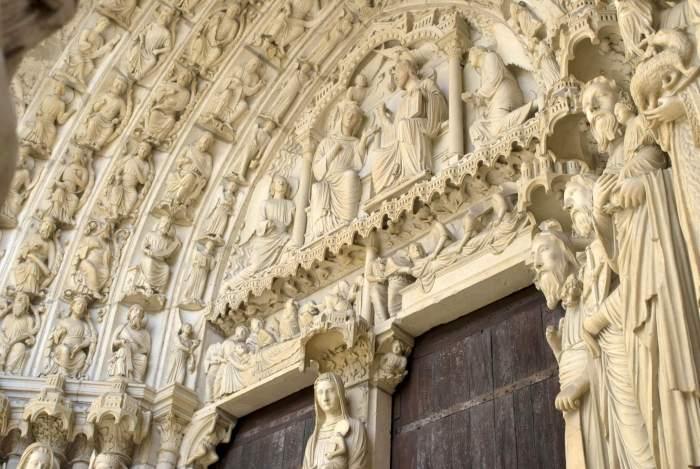 """De """"vrouwelijke"""" ingang van de kathedraal van Chartres"""