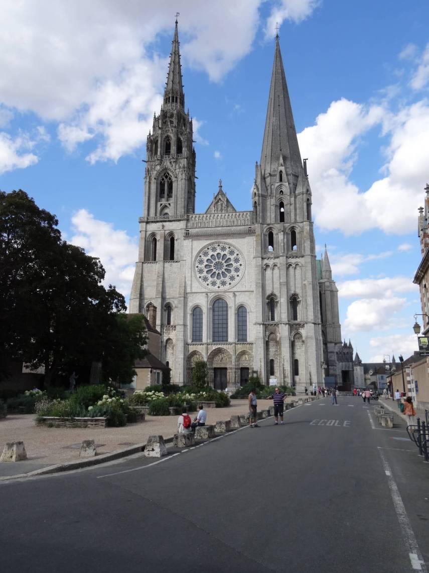 Vooraanzicht van kathedraal van Chartres met twee torenspitsen