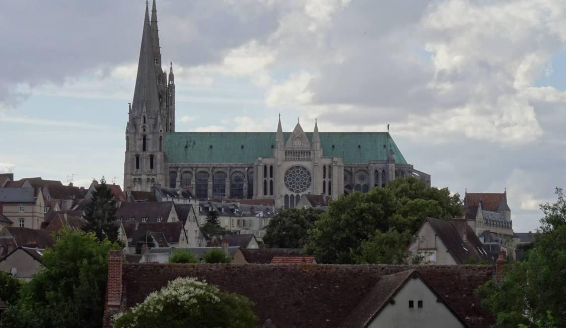 Kathedraal van Chartres torent boven de stad uit
