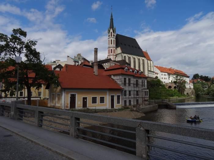 St. Vituskerk gezien vanag een brug