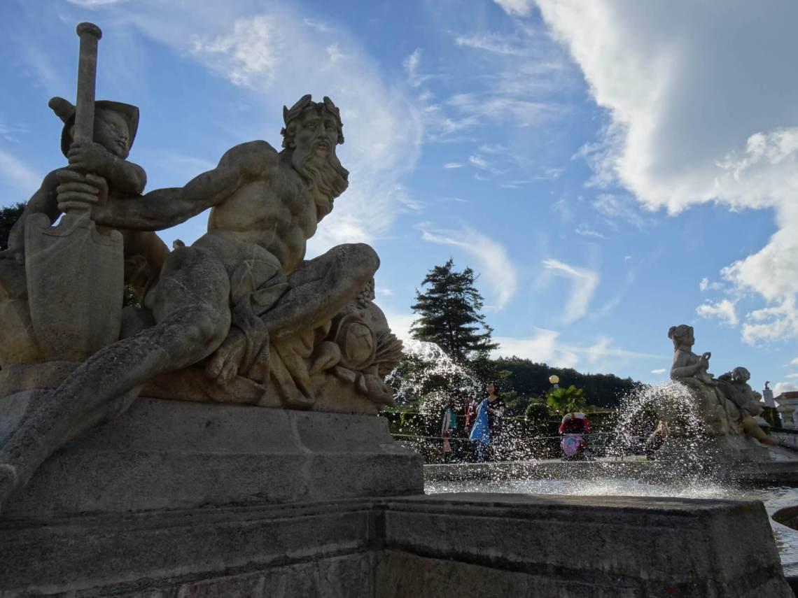 Vijver met Neptunesbeeld in kasteeltuin