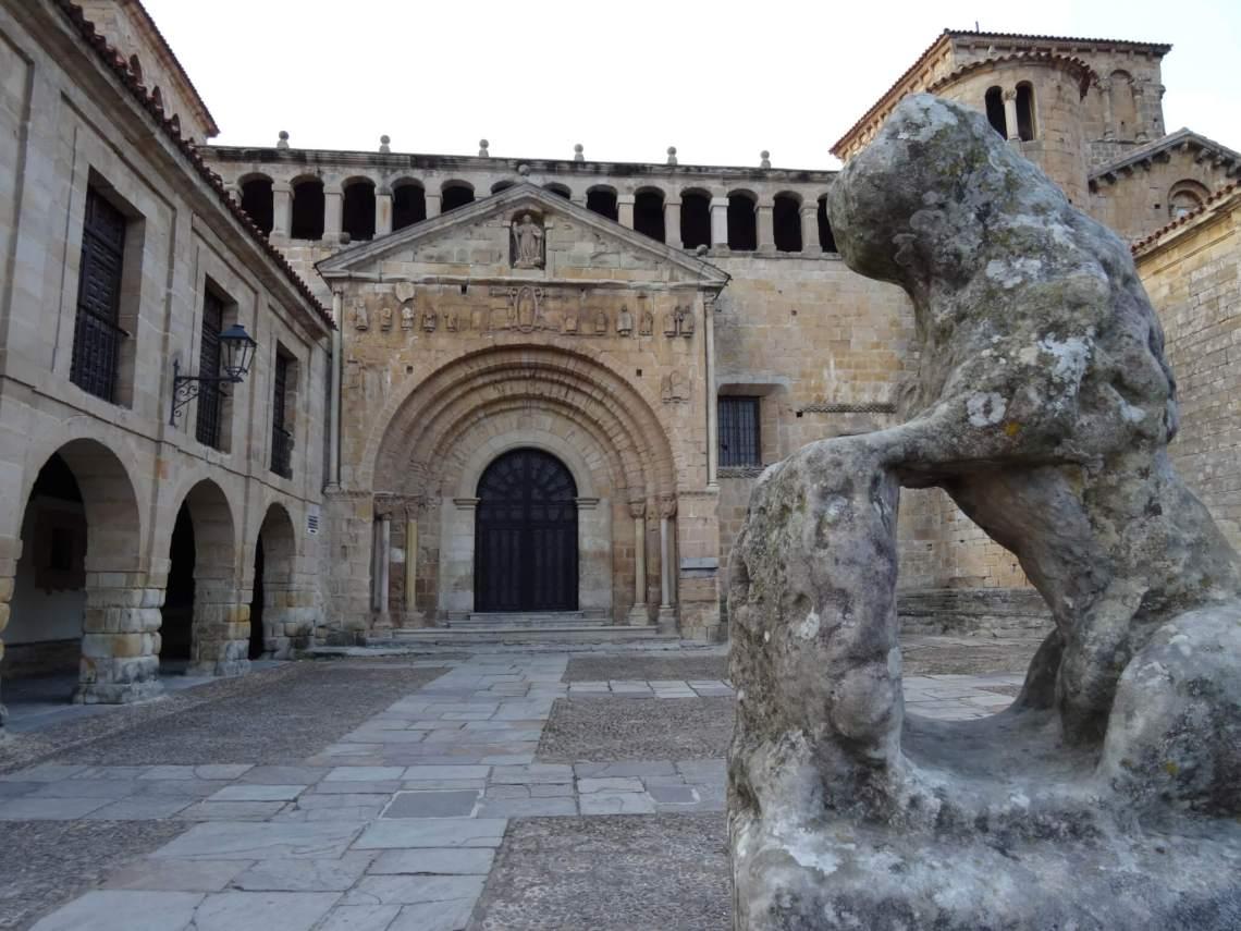 Het klooster in Santillana del Mar met half vergaan beeld
