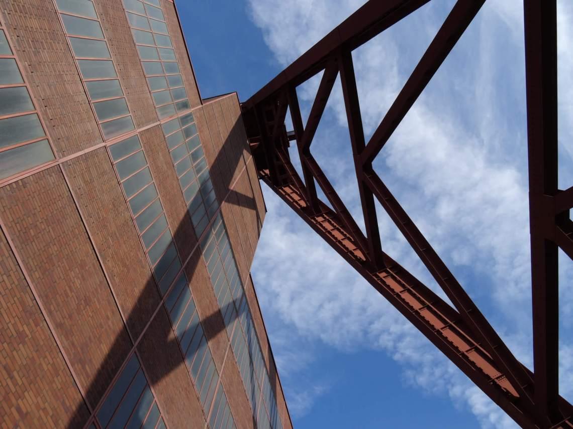 Staal en baksteen ondersteunen elkaar in Zollverein