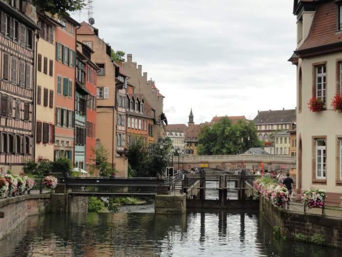 Oude huizen langs binnenwater in Straatsburg